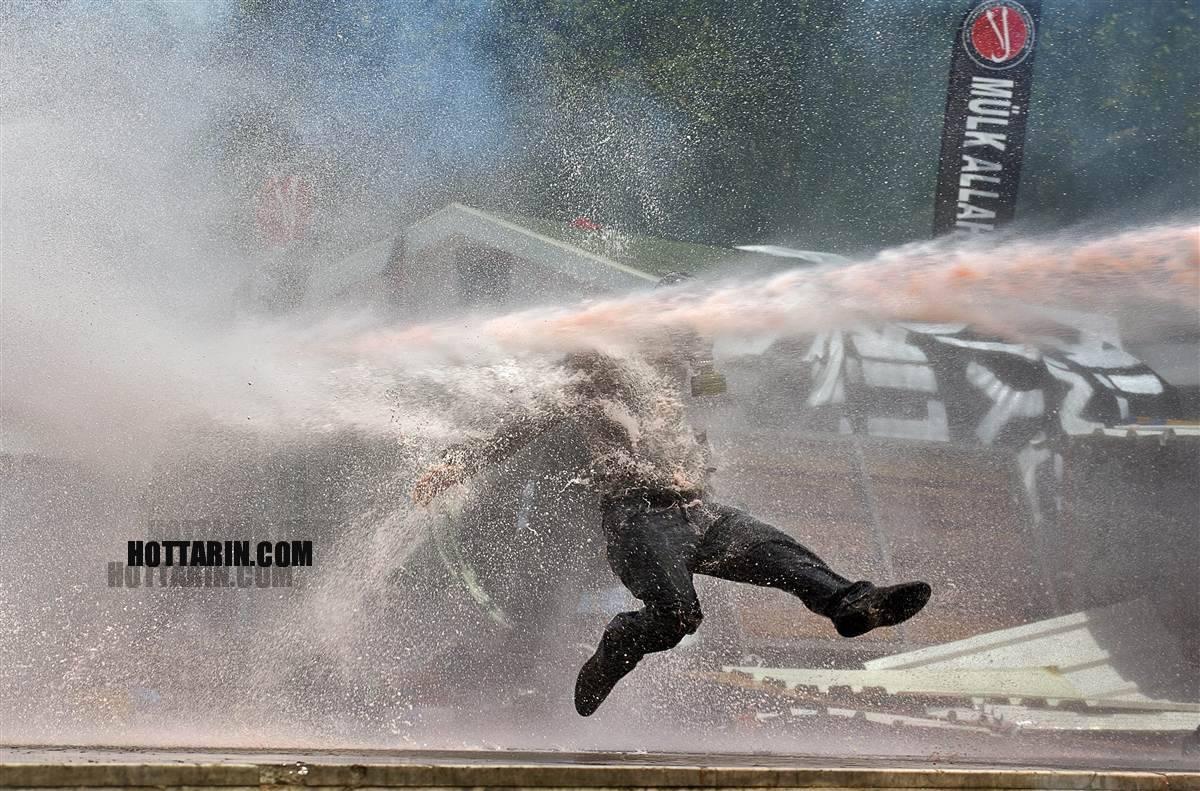 درگیری شدید پلیس با معترضان در ترکیه با ماشین آبپاش