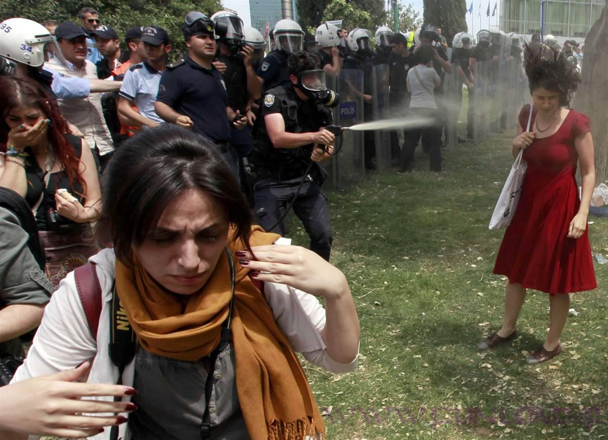 گاز اشک آور و زن معترض به دولت ترکیه