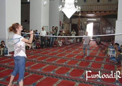 بدمينتون بازي دختران در مسجد تركيه